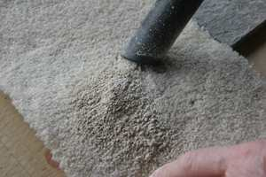 <b>FIKS FERDIG:</b> Når rensemiddelet har fått tørke, er det bare å støvsuge pulveret bort. (Foto: Alanor)