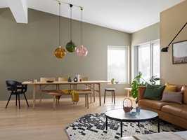 <b>SONER:</b> Veggene i spisestuen er malt med fargen Kamuflasje, veggfargen i sofakroken er Dijon. Begge finnes i det nye fargekartet fra Butinox.
