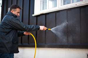 <b>FIN FASADE:</b> Ved å vaske huset årlig, kan det gå lengre tid før du må male på ny. (Foto: Kristian Owren/ifi.no)
