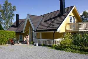 <b>MENGDE:</b> Liker du gulfargen? Det store, mørke taket er viktig for helhetsinntrykket her. Hadde taket vært rødt, ville alt sett annerledes ut.