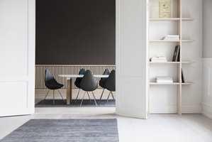 <b>FØLES STØRRE:</b> − Ved å ha et stort teppe under alle møblene, blir gruppen mer helhetlig, og får en tydelig innrammet sone. I tillegg kan rommet ofte oppfattes større, forteller Torhild Rustenberg fra InHouse Group.