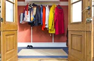 <b>TEPPE:</b> Friske farger og friskt valg av gulv. Finn ville gå rett inn på teppe, og valgte en flatvevet løkkekvalitet som tåler «alt». Både han og gjestene elsker det.