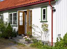 <b>VELKOMMEN:</b> Her er takrenna rød, og her bor Finn Schjøll. Når han slår opp døra og ønsker velkommen inn, er det til et eventyr av opplevelser. Gangen sier sitt, men røper ikke resten av huset.