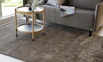 Et teppe vil gjøre underverker når du synes stuen virker naken og kald.