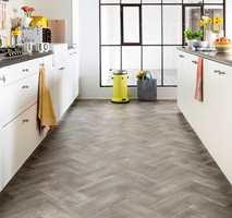 <b>MODERNE:</b> I dag er det klassiske mønsteret tilpasset moderne hjem, som dette banebelegget i vinyl med grå betonglook.
