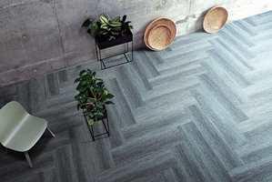 <b>TEPPEFLISER:</b> Med kolleksjonen Touch of Timber fra Interface kan du få et gulv med god akustikk, enkelt renhold og mange designmuligheter.