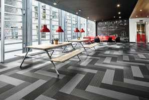 <b>TOLKNINGER:</b> Nå kan du få det klassiske mønsteret i mange ulike moderne tolkninger, og på mange ulike gulvtyper. Her er det lagt tekstilgulvet Flotex i plankeformat.