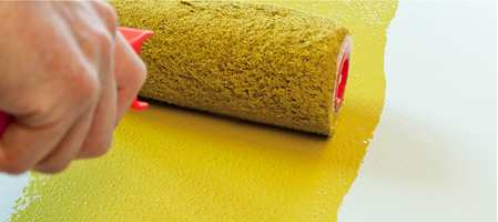 Når vi maler med rull, vil flaten få et mønster. Det kan ligne på appelsinhud eller cellulitter og kan være dekorativt eller tilnærmet usynlig på grove underlag. På glatte flater ønsker vi ofte et jevnt resultat, og da må appelsinhuden fjernes.