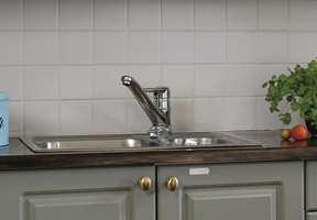 Spesielle våtservietter fjerner fingermerker fra rustfritt stål.