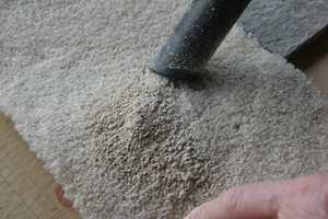 <b>FIKS FERDIG:</b> Når rensemiddelet har fått tørke, er det bare å støvsuge pulveret bort.