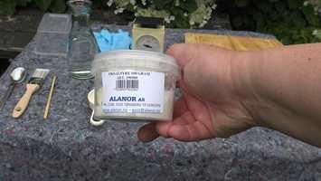 OKSALSYRE: Løs opp oksalsyrekrystaller i vann og pensle eller drypp på flekkene.