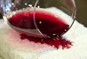 <b>RØDVIN:</b> Det er fort gjort å søle rødvin på teppet. (Foto: Robert Walmann/ifi.no)