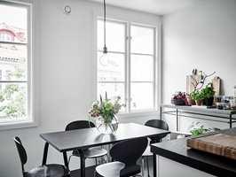 <b>HARDT:</b> I et rom med kun harde flater og materialer blir det ubehagelig mye støy når mange samles rundt bordet.