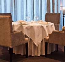 <b>PÅ RESTAURANT:</b> Ingen sjenerende støy på spisesteder der du er omgitt av rikelig med tekstiler. Her fra Restaurant À L'aise, der tekstiler, stoler og underduker er fra Green Apple.