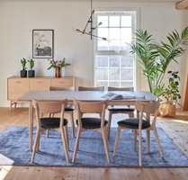 <b>TEPPE:</b> Teppe under spisebordet luner, demper støy og skaper et hyggelig miljø. Teppet er fra Bohus/InHouse Group.