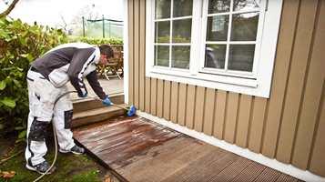 Har terrassen eller utemøblementet fått begroinger? I denne videoen ser du hvordan du fjerner det.