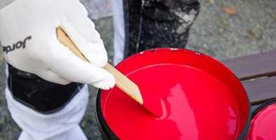 <b>HANSKER:</b> Et godt råd for å unngå så mye søl, er å alltid bruke hansker når du maler. (Foto: Mari Rosenberg/ifi.no)
