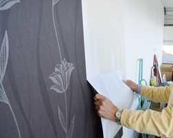 Vinyltapet med fiberbakside er spaltbart. Fiberbaksiden blir igjen på veggen - det gir et godt grunnlag for tapet eller maling.