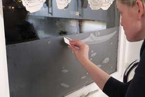 <b>BORT MED BOBLER:</b> Bruk en liten nal/sletter til å bli kvitt luftboblene i folien. (Foto: Robert Walmann/ifi.no)