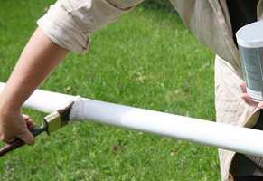 Bruk alltid grunning og maling egnet for underlaget. Her påføres maling for metall på en flaggstang av aluminium.
