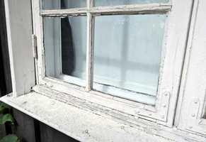 Slitne vinduer går en god tid i møte. Sommeren er en god tid for å skrape, grunne og male.