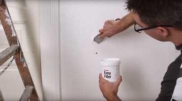 I denne videoen kan du se hvordan du går fram for å fikse hull i veggen ved hjelp av flekksparkling.