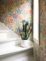 <b>FLERFARGET:</b> Et mønstret tapet i trappegangen slår an tonen og stilen for husets øvrige rom. (Foto: Signe Schineller)