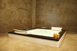 Dette badet er riktignok stort, men gulvflisene er lagt diagonalt, noe som gir en fin effekt.