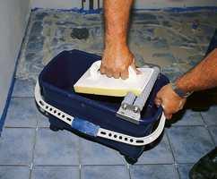Fra fugingen av gulvet hvor man med bruker vaskebrett til fjerning av overskytende fugemasse.