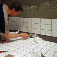 Hvis du fester trelekten til vegger i våtrom, må huller etter spiker/skruer tettes igjen med fiberremse bakt inn i smøremembran, ellers vil fuktighet sive inn gjennom hullene.