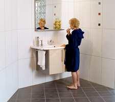 Et typisk norsk bad, med hvite vegger og mørkt gulv. Legg merke til fargeelementene på veggen som skaper liv og variasjon (Golvabia).