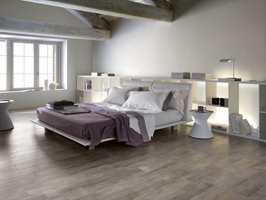I Legni är en gulvflis fra Golvabia med ekte trefølelse, men med flisenes fordeler i form av enkelt vedlikehold og stor slitestyrke.