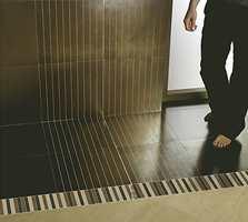 Med stripete fliser kan man lage mange morsomme effekter. Det finnes også fliser med ornamenter i samme serie! Alle varianter lages også i en gråskala.