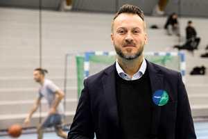 <b>DELER UT PENGER:</b> Steffen Eide er konseptansvarlig for Flügger Andelen, som nå deler nå ut 400 000 kroner til lokale idrettsklubber. Utbetalingene er basert på registrerte kjøp til rabattert pris i Flüggers butikker.