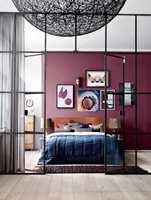 Med én farge kan veggen få fullt fokus. Her med fargen Asian Violet fra Flügger.