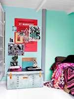 En kraftfull farge på veggen krever mot. Til gjengjeld får du et sterkt uttrykk og en markant bakgrunn for møbler og personlige ting. Bruk fargen «Graffiti Grey» som fundament og lerret for mer fargede statements i boligen. Her sammen med veggfargene «Courage Blue» og «Graffiti Grey».