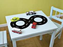 En liten bilbane på barnebordet faller nok i smak. Foto: Flügger.