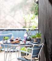 Hagemøbler og annet treverk i hagen trenger vedlikehold. Hvorfor ikke prøve med litt farge?