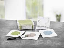 Fargeprøver sendes tre og tre i en liten eske sammen med en pensel. En prøvepose maling inneholder 30 gram og dekker ca. en A4-side. Flügger selger prøvemaling fra alle Flüggers fargekart, samt fra 900-fargersviften.