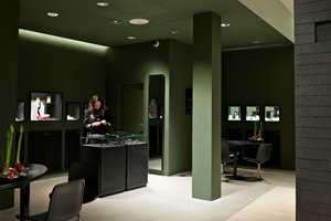 Hos Georg Jensen fant Anne frem til en farge som fremhever de edle metallene godt. Fargen ble bærende for hele interiøret.