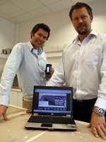 Vegard Svenningsen og Frank Utheim i Flügger Farve Norge er stolt over den nye E-handelsløsningen. Via nettbutikken selger bedriften nå maling, tapeter og tilbehører over hele Skandinavia. Den som har en iPhone kan dessuten ta bilde av en farge, finne ut hvilken Flügger-kulør som stemmer best overens, og deretter bli guidet med GPS-en til nærmeste butikk.