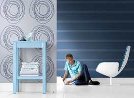 Fine striper er klassisk og tøft på samme tid. Tapetet er fra Flügger.