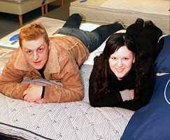 Irina Eigum (20) og Tore Johan Hansen (20) skal kjøpe dobbeltseng på januarsalget. - Jeg trenger mye søvn og syns det er viktig med ei skikkelig seng, sier Irina Eigum.