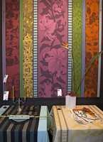 Fargene kan også brukes i kombinasjon med den mer barokke stilen der vi bl.a. ser mer ornamentale mønstre. (Tissage Moutet)