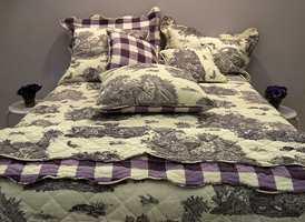 Ornamentale mønstre er det også i dette sengesettet. Tilnærmet sort/hvitt med innslag av lilla. (Elsa C.)