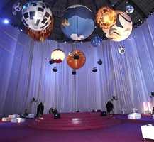 Amerikansk designer, Jamie Drake, i det største av showrommet - i Frankfurts flotte Festhalle. Tema: Global.