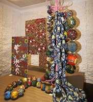 Blomster og andre store mønstre i en kreativ utstilling.