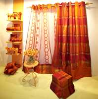 Mye mønster og design preger tiden, her i tynne, transparente tekstiler. Orange er en motefarge.