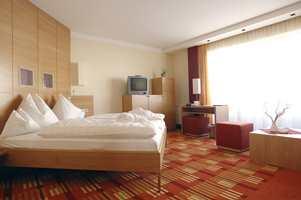 Teppe tilpasset møblene. Fargene i teppet er tilpasset fargene på soveromsmøblene, og mønsteret gir rommet intimitet og særpreg. Fra Hospitality-kolleksjonen til Egetepper.