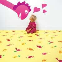 Dinosaurgulv i vinyl kombinert med malt dekorasjon på veggen gjør dette barnerommet til noe helt ekstra. Vinylgulv er ideelt i barnerom, også fordi det kanskje finere tregulvet under spares, og leken kan foregå uhemmet. Fra Fantasy-kolleksjonen til Tarkett.